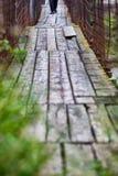 Piéton sur le pont suspendu photo libre de droits