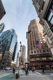 Piétons croisant l'intersection de la cinquante-septième rue et du Broadwa Photo stock