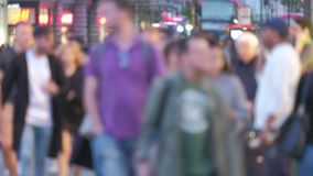 Piétons de Defocussed au crépuscule dans la rue Londres d'Oxford banque de vidéos