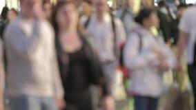 Piétons de Defocussed au crépuscule dans la rue Londres d'Oxford clips vidéos