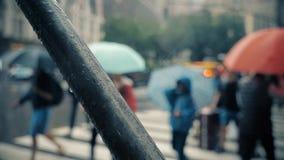 Piétons de mouvement lent avec des parapluies sur les rues pluvieuses de Manhattan clips vidéos