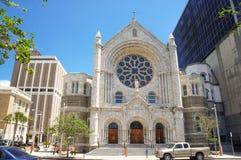 Piétons devant l'église catholique de coeur sacré Photo stock