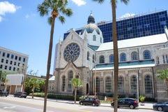 Piétons devant l'église catholique de coeur sacré Images libres de droits