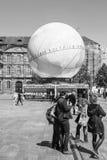 Piétons devant la candidature de Frances de pavillion de globe pour Wor Photographie stock