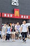 Piétons devant McDonalds Photo libre de droits