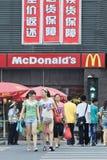 Piétons devant un débouché de MacDonald, Xiang Yang, Chine Photos stock