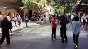 Piétons en Pitt Street Mall, Sydney, Australie banque de vidéos