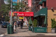 Piétons et restaurants sur le coin de l'ouest 22ème et 7ème Images libres de droits