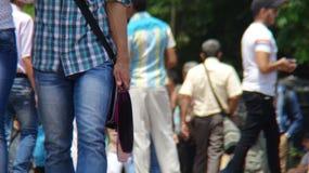 Piétons marchant sur la rue Photos stock