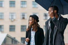 Piétons réfléchis de mode Humeur pluvieuse Image libre de droits