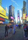 Piétons sur Broadway et la 7ème avenue dans le Times Square Images libres de droits