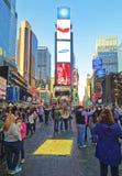 Piétons sur la 7èmes avenue et Broadway dans le Times Square Photo stock