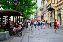 Piétons sur la rue de Knez Mihailova, Belgrade, Serbie image libre de droits
