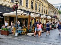 Piétons sur la rue de Knez Mihailova, Belgrade, Serbie images libres de droits