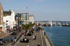 Piétons sur le bord du quai, port de Poole Images libres de droits