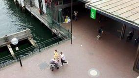 Piétons sur le terminal du ferry circulaire de Quay, Sydney, Australie clips vidéos