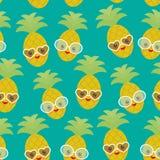Piña exótica de la fruta del kawaii divertido lindo inconsútil del modelo con las gafas de sol en fondo azul Día de verano calien Imágenes de archivo libres de regalías