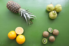 Piña, kiwi, pera, naranja - mezcla de frutas Imágenes de archivo libres de regalías