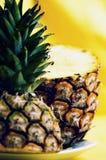 Piña madura con las rebanadas Imagen de archivo libre de regalías