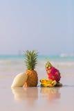 Piña, mango, fruta del dragón y plátanos en la playa Imagen de archivo