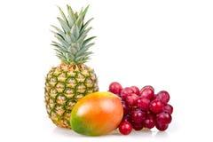 Piña, mango y uvas aislados Foto de archivo
