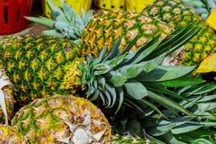 Piña para la venta en supermercado Imagen de archivo libre de regalías