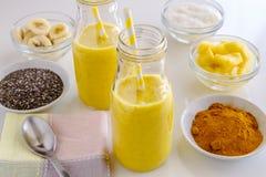Piña, plátano, coco, cúrcuma y Chia Seed Smoothies Fotos de archivo libres de regalías
