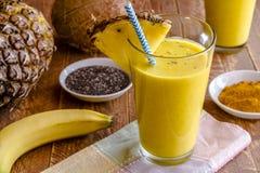 Piña, plátano, coco, cúrcuma y Chia Seed Smoothies Imagen de archivo libre de regalías