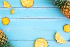Piña tropical en el color de madera del azul del tablón Imágenes de archivo libres de regalías