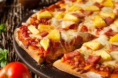 Piña y Ham Hawaiian Pizza hechos en casa fotos de archivo