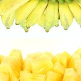 Piña y plátanos aislados Foto de archivo