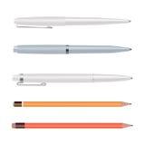 Pióra i ołówki odizolowywający na białym tle, ballpoint pióro, ołowiany pomarańczowy kropka ołówek z czerwoną gumową gumką, miesz Zdjęcia Royalty Free