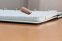 Pióra, ołówka, książki i notatnika lying on the beach na biurku, Zdjęcia Stock