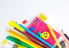 Pióra, ołówki, gumki, z smileys i setem notatniki Fotografia Royalty Free