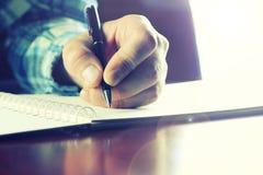 Pióra writing ręki uczeń Zdjęcia Royalty Free