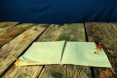 Piórka i papieru stary drewniany tło Zdjęcia Royalty Free