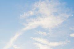 Piórko chmurnieje na niebieskim niebie Fotografia Royalty Free