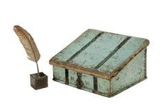 Piórkowa dutka i atrament z malującym writing biurkiem obrazy stock