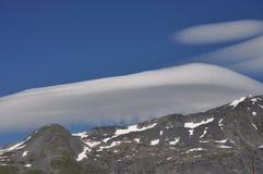 Piórkowata chmury pierzastej chmura nad górami Fotografia Royalty Free