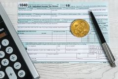 Pióro, bitcoins i kalkulator na podatek formie 1040 U, S Indywidualny podatku dochodowego powrót Czas płacić podatki zdjęcia stock