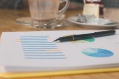 pióro, biznesowy dokument i pusta filiżanka, Zdjęcia Stock