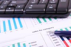 Pióro i komputerowa klawiatura na pieniężnym wykresie, biznesowy pojęcie fotografia royalty free