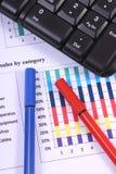 Pióro i komputerowa klawiatura na pieniężnym wykresie, biznesowy pojęcie zdjęcia stock