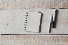 Pióro i notepad na biurowym drewnianym stole Obrazy Royalty Free