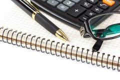 Pióro, kalkulator i szkła na białym tle, obraz stock