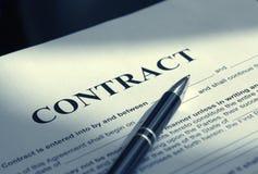 Pióro na kontraktacyjnych papierach Obraz Stock