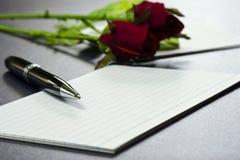 Pióro na pustych kartach z różami Zdjęcie Royalty Free