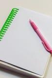 Pióro, notatnik na białym tle Fotografia Royalty Free