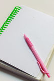 Pióro, notatnik na białym tle Fotografia Stock