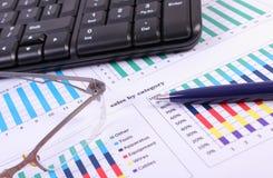 Pióro, szkła i komputerowa klawiatura na pieniężnym wykresie, biznesowy pojęcie zdjęcie royalty free